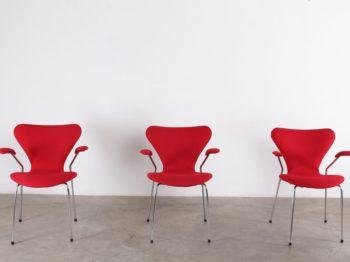 chaises en tissus rouge vif design vintage fritz hansen avec accoudoirs années 70 à liège