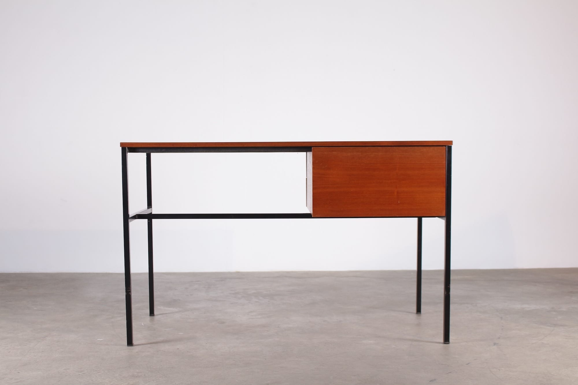 bureau dit tudiant pierre guariche meurop meubles vintage li ge. Black Bedroom Furniture Sets. Home Design Ideas