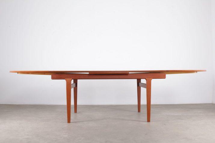 Table à allonges Henning Kjaernulf Danemark (4 à 8 places)