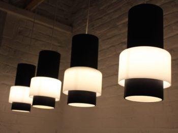 quatre lampes suspendues tôle et opaline design vintage philps louis kalff à Liège