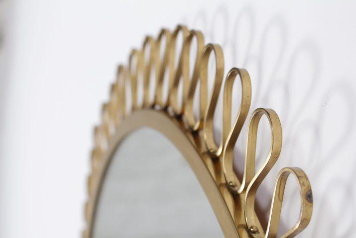 Important miroir rond en laiton massif style Josef Frank
