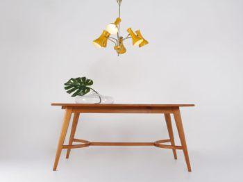 table années 50 60 en cerisier pieds compas plateau forme tonneau design scandinave à liège
