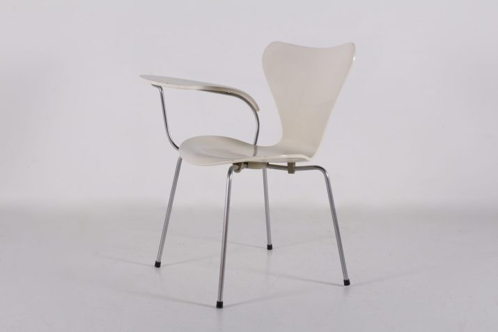 Arne Jacobsen, chaise 3107, variante à tablette.