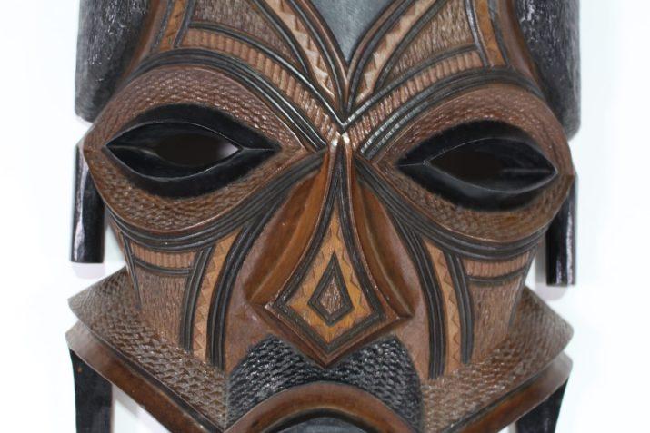 Grand masque mural