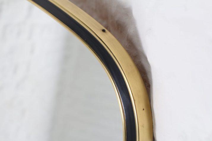 Important miroir forme libre en laiton