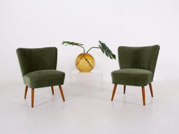 Paire de fauteuils cocktail en velours vert.