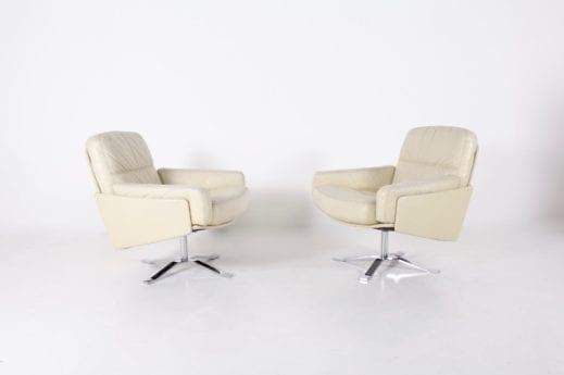 Paire de fauteuils pivotants en cuir