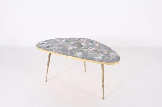 Table basse tripode en mosaïque forme libre .