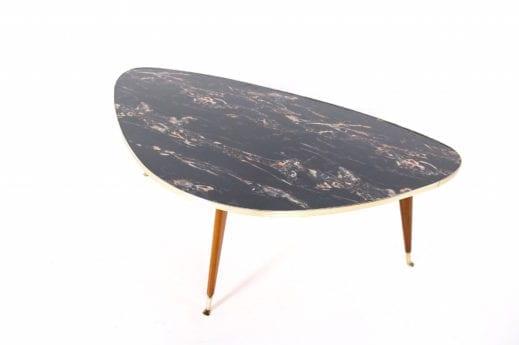 Table basse tripode forme libre.