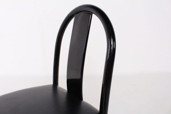 4 chaises laquées noires.