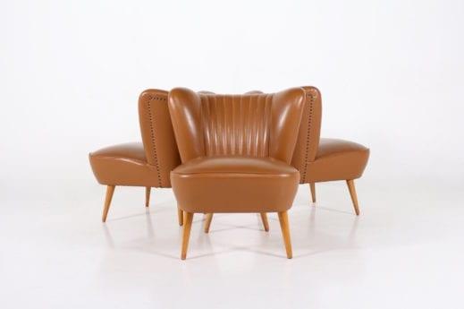 3 fauteuils cocktail en faux cuir caramel.