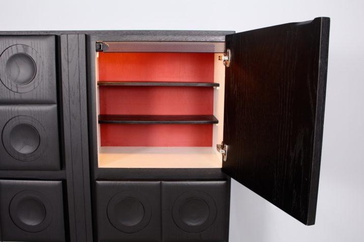 Bar cabinet brutaliste éclairé en chêne noirci