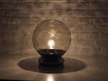"""Lampe globe """"space-age"""" en verre ambré"""