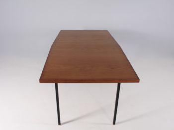 Table 'tonneau' en teck, laiton et métal noir.